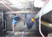 工人在地下疏通管道作�I