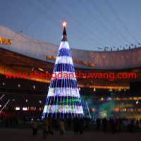 体育场馆里的大型框架圣诞树